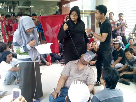 Sejumlah aktivitas mahasiswa melakukan aksi teatrikal arogansi Bupati Sukoharjo, Wardoyo Wijaya, saat berunjuk rasa di Gedung Pusat Promosi Potensi Daerah (GPPPD) Sukoharjo, Jumat (28/2/2014) siang. (Kurniawan/JIBI/Solopos)