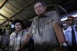 SBY dan Ani Sapa Warga Solo saat Transit di Stasiun Balapan, Minggu (16/2/2014) sore. (Ardhiansyah IK/JIBI/Solopos)