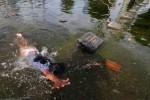 FOTO BANJIR JAKARTA : Berenang di Kuburan