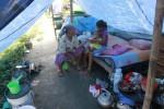 Bengawan Solo meluap, Sabtu (22/2/2014) malam lalu. Sebagian warga Solo yang tinggal di sekitar bantaran sungai seperti warga Kampung Dadapan RT 005/RW 013 mengungsi di tanggul penahan banjir di Sangkrah, Solo. Mereka bahkan tetap bertahan, Minggu (23/2/2014), meskipun air sudah surut sekitar pukul 03.00 WIB dini hari. Mereka bertahan agar terhindar dari banjir susulan luapan Sungai Bengawan Solo yang mungkin menerjang kampung tersebut. (Septian Ade Mahendra/ JIBI/Solopos)
