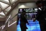 Karyawan mengamati indeks harga saham gabungan (IHSG) di monitor galeri PT Bursa Efek Indonesia, Jakarta , Jumat (21/2/2014). IHSG masih menguat 0,72% ke level 4.631,25 pada akhir sesi I siang. Sepanjang perjalanan, indeks bergerak pada kisaran 4.613,89-4.632,34. Dari 489 saham yang diperdagangkan, sebanyak 180 saham menguat, 54 saham melemah, dan 255 saham stagnan. (Endang Muchtar/JIBI/Bisnis)