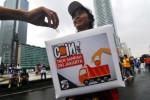 Warga memasukan uang sumbangan ke kotak tempat pengumpulan donasi saat digelar aksi Gerakan Koin Warga untuk Truk Sampah Jakarta saat digelarnya car free day di Bundaran Hotel Indonesia (HI), Jakarta, Minggu (9/2/2014). Aksi itu dilakukan terkait tidak adanya alokasi dana APBD DKI Jakarta 2014 untuk pengadaan truk sampah. (JIBI/Solopos/Antara/Zabur Karuru)