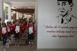 Peserta Diklat Karakter Siswa dari SMP Negeri 22 Solo berlatih baris-berbaris di Gelanggang Pemuda Bung Karno, Manahan, Solo, Kamis (20/2/2014). Kegiatan yang berlangsung selama 3 hari tersebut bertujuan memberikan bekal emotional quotient (EQ) dan sopan santun dalam berperilaku. (Ardiansyah Indra Kumala/JIBI/Solopos)