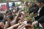 Wali Kota Solo, Fx Hadi Rudyatmo membagikan jenang kepada pengunjung dalam acara Festival Jenang Solo 2014 di Ngarsopuro, Solo, Minggu (23/2/2014). Festival tersebut merupakan serangkaian acara untuk memperingati HUT Solo ke-269 yang membagikan sebanyak 17.000 porsi dari 17 jenis jenang. (JIBI/Solopos/Septian Ade Mahendra)