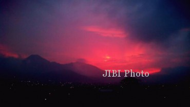 Foto kondisi Gunung Kelud enam jam sebelum meletus. Gunung Kelud erupsi pada Kamis (13/2/2014) malam. Gunung Kelud meletus dengan memuntahkan kerikil dan pasir sampai jarak 30 km. (@andangyazid Twitter)
