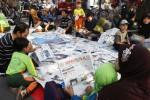 Warga membaca koran yang disediakan gratis di kawasan car free day Jl. Slamet Riyadi, Solo, Minggu (9/2/2014). Kegiatan tersebut untuk memperingati Hari Pers Nasional ke-68. (Ardiansyah Indra Kumala/JIBI/Solopos)
