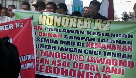 Honorer K2 Sragen berunjuk rasa di halaman Setda Pemkab Sragen, Selasa (25/2/2014). (Ika Yuniati/JIBI/Solopos)