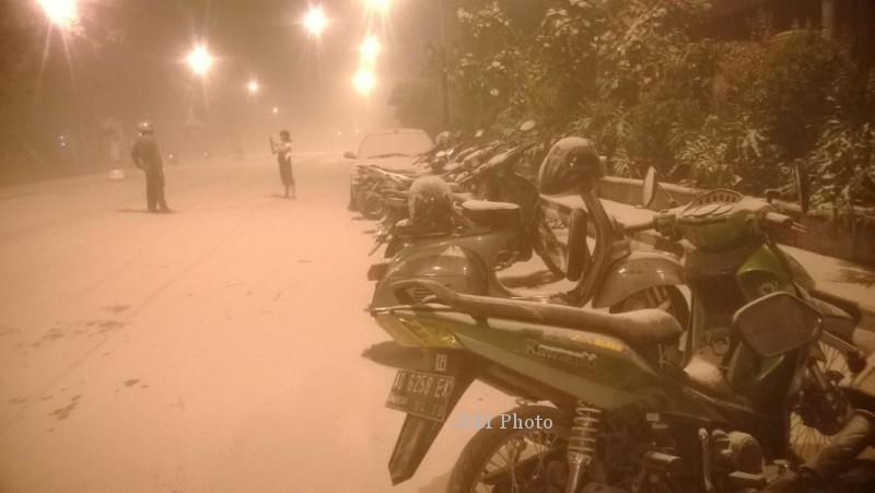 Hujan Abu di Jenderal Sudirman Solo, Jumat (14/2/2014) subuh tadi. (JIBI/Solopos/Istimewa/Doni Purwosulistio)