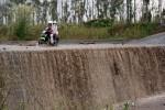 FOTO DAMPAK LETUSAN KELUD : Nekat Melintasi Jalan Kantung Aliran Lahar Hujan