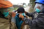 FOTO GUNUNG KELUD MELETUS :  Relawan Memberikan Masker Gratis