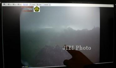Petugas Pusat Vulkanologi dan Mitigasi Bencana Geologi (PVMBG) menunjukkan gambar aktivitas Gunung Kelud melalui kamera CCTV yang dipasang di area Anak Gunung Kelud di Pos Pengamatan Gunung Api Kelud, Kabupaten Kediri, Jawa Timur, Selasa (11/2/2014).(JIBI/Solopos/Antara/Rudi Mulya)