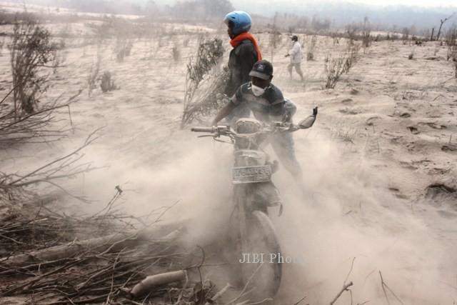 FOTO EVAKUASI KORBAN SINABUNG : Sepeda Motor Kepayahan Tembus Sinabung