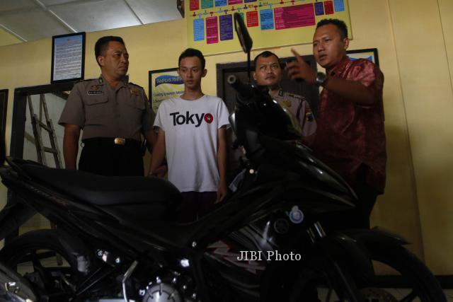 Polisi menunjukkan tersangka pencurian sepeda motor Jupiter MX, Iwan Setiawan (dua dari kiri) didampingi pengacaranya di Polsek Serengan, Solo, Jumat (27/2). Tersangka berhasil ditangkap dirumahnya pada Jumat (21/2/2014). (Ardhiansyah IK/JIBI/Solopos)