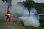 Petugas fogging dari DKK Wonogiri melakukan pengasapan di Lingkungan RT 001 dan RT 003/RW 004, Kelurahan Giritirto, Wonogiri, Selasa (25/2/2014). (JIBI/Solopos/Trianto Hery Suryono)