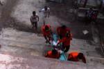 Tim SAR Korwil II mengevakuasi satu wisatawan asal Boyolali, Habib Masturi yang sempat terseret arus sungai Baron. Habib dilarikan ke Posko SAR untuk mendapatkan bantuan oksigen. (Dok/JIBI/Harian Jogja)