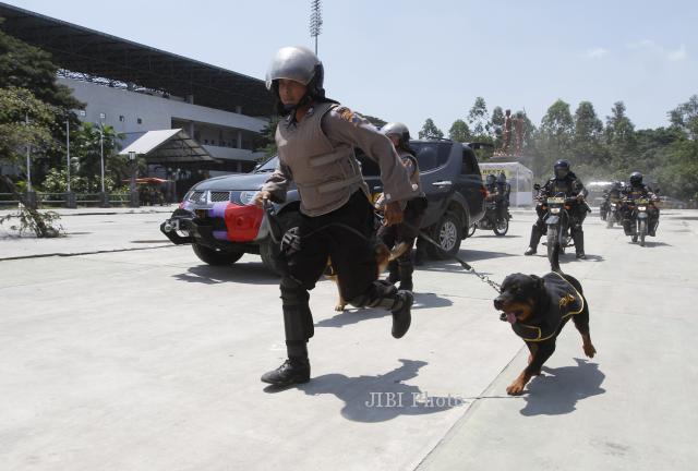 Polisi membawa anjing pelacak untuk membubarkan demonstran saat simulasi pengamanan pemilu di kawasan Stadion Manahan, Solo, Selasa (25/2/2014). (Ardiansyah Indra Kumala/JIBI/Solopos)