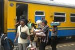 Sejumlah pedagang asongan bersiap naik ke kereta api (KA) yang berhenti di Stasiun KA Jebres, Solo, Selasa (11/2/2014). (Iskandar/JIBI/Solopos)