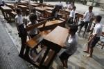 FOTO DAMPAK LETUSAN KELUD : Membersihkan Meja dan Kursi Belajar