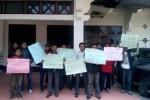 Sejumlah buruh pabrik rotan di Kartasura, Sukoharjo, melakukan aksi unjuk rasa di Gedung DPRD Sukoharjo, Kamis (27/2/2014). Buruh memprotes kebijakan mutasi dari manajemen perusaaan.(JIBI/Solopos/Kurniawan)