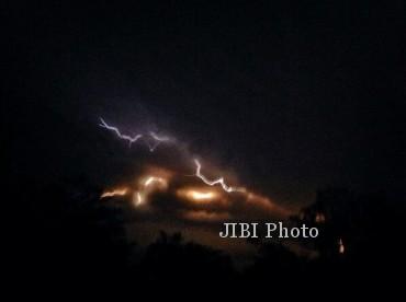 Foto Gunung Kelud saat meletus (ilustrasi/Twitter 103.7 FM #JMR @PuspitaFM)