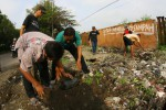 FOTO KERJA BAKTI : Membersihkan Bekas TPS