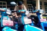 Salah seorang staf DPPKAD Boyolali sedang memeriksa kondisi kendaraan dinas yang dilelangkan Pemkab Boyolali, Selasa (11/2/2014). (Septhia Riyanthie/JIBI/Solopos)