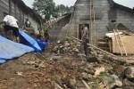 Sejumlah warga bekerja bakti di lokasi rumah korban bencana tanah longsor di Dukuh Ngargosari, Desa Cabean Kunti, Kecamatan Cepogo, Kabupaten Boyolali, Jumat (7/2/2014). (JIBI/Solopos/Septhia Ryanthie)