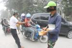 Relawan membagikan masker secara gratis kepada pengguna Jalan Slamet Riyadi, Gladak, Solo, Jumat (14/2). Masker tersebut untuk mengurangi dampak abu vulkani letusan Gunung Kalud bagi kesehatan warga. (Sunaryo HB/JIBI/Solopos)