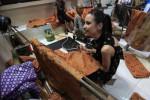 Mempelajari proses pembuatan batik