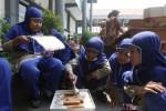 FOTO PASAR BOCAH : Menjual sosis