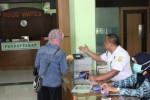 Petugas melayani pasien di RSUD Wates. (Switzy Sabandar/JIBI/Harian Jogja)