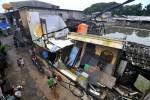 FOTO BANJIR JAKARTA : Rumah Roboh Akibat Banjir