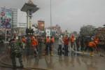 Aparat gabungan melakukan bersih-bersih sisa hujan abu di kawasan Tugu Jam atau depan Pasar Kota Boyolali, Sabtu (15/2/2014).(JIBI/Solopos/Septhia Ryanthie)