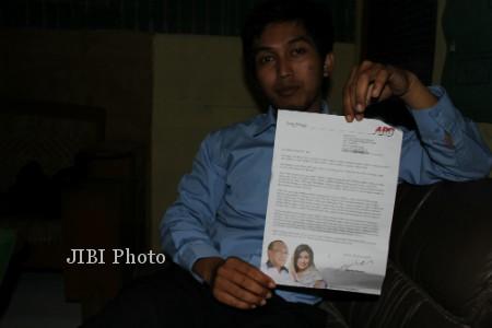 Nugroho Budi Santoso, Guru SMU Pembangunan 4 Playen, menunjukan surat pribadi Abu Rizal Bakrie yang diterima guru-guru di Gunungkidul. (Ujang Hasanudin/JIBI/Harian Jogja)