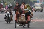 FOTO PENGEMUDI BECAK : Membawa Barang berlebihan