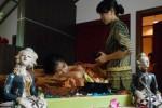 Seorang konsumen mencoba Borneo Secret Treatment di Lorin Spa, Solo, Jawa Tengah, Jumat (21/3/2014). Memanfaatkan perawatan kecantikan dari Kalimantan layanan tersebut dibanderol Rp500.000/paket. (Asiska Riviyastuti/JIBI/Solopos)