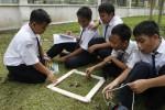 Siswa SMP Muhammadiyah Program Khusus Solo melakukan pengamatan komponen biotik dan abiotik di Lapangan Kota Barat Solo, Senin (24/3/2014). Pengamatan tersebut bertujuan untuk mengetahui jumlah dan jenis ekosistem. (JIBI/Solopos/Dok)
