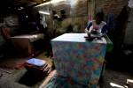 FOTO BATIK SMOG : Menyelesaikan kain batik smog