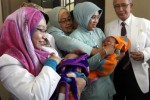 Tim Medis Fertilitas RSUD dr. Moewardi menunjukkan dua bayi kembar berjenis kelamin laki-laki dan perempuan yang berusia empat bulan di Klinik Fertilitas Sekar Moewardi, Banjarsari, Solo, Rabu (12/3/2014). Bayi tersebut hasil teknologi reproduksi berbantuan (TRB) dengan teknik In Vitro Fertilization (IVF) atau bayi tabung pertama di Solo. (Ardiansyah Indra Kumala/JIBI/Solopos)