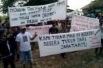 Sejumlah warga membentangkan spanduk berisi ungkapan kekecewaan dan tuntutan mundur kepada Kades Celep, Nguter, Sukoharjo, Surono, saat unjuk rasa di balai desa setempat, Selasa (18/3/2014). (Kurniawan/JIBI/Solopos)