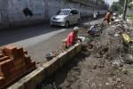 FOTO TAMAN GAJAHAN : Memasang Pembatas Jalan