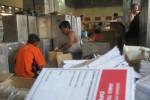 Anggota Panitia Pemungutan Suara (PPS) Kecamatan Wonogiri melakukan pengepakan logistik di gudang Kantor KPU Wonogiri sebelum didistribusikan ke masing-masing PPS, Sabtu (29/3/2014). (Trianto HS/JIBI/Solopos)