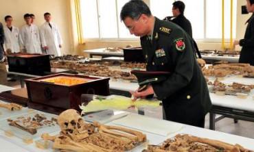 Seorang pejabat militer China memeriksa kerangka prajurit China yang gugur dalam Perang Korea dan hendak dipulangkan ke tanah air mereka (JIBI/Solopos/Reuters/Jung Yeon-je)