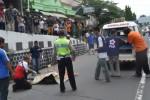 Petugas mengevakuasi korban kecelakaan lalu lintas tergelatak di Jl Ahmad Yani tepatnya di bawah Kreteg Bang, Minggu (30/3/2014) sekitar pukul 12.00 WIB. (Bony Eko Wicaksono/JIBI/Solopos)