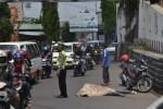 Korban kecelakaan lalu lintas tergelatak di Jl Ahmad Yani tepatnya di bawah Kreteg Bang, Minggu (30/3/2014) sekitar pukul 12.00 WIB. (Bony Eko Wicaksono/JIBI/Solopos)