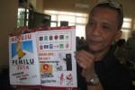 Anggota DPRD Wonogiri, Martanto menunjukkan gambar parpol yang tak sesuai dengan nomor urut yang diterbitkan Majalah Gelora DPRD Wonogiri, Selasa (18/3/2014). (Trianto HS/JIBI/Solopos)