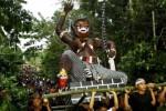Sejumlah warga mengarak boneka raksasa yang melambangkan Bhuta Kala atau sifat-sifat buruk dan biasa disebut ogoh-ogoh berkeliling kampung di Desa Jati Bali, Konawe Selatan, Sulawesi Tengara, Minggu (30/3/2014). Sehari menjelang Hari Raya Nyepi Tahun Saka 1936, umat Hindu di daerah tersebut menggelar ritual pembakaran ogoh-ogoh untuk menetralisir kekuatan negatif dan sifat buruk agar Hari Raya Nyepi dapat dilaksanakan dengan penuh keheningan serta tanpa gangguan apapun. (JIBI/Solopos/Antara/Ekho Ardiyanto)