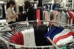 Seorang pembeli melihat koleksi baju The Executive di The Park Solo Mall, Solo Baru, Sukoharjo. The Executive memberikan potongan hingga 20% selama sepekan selama awal pembukaan, hingga Rabu (19/3/2014). (Asiska Riviyastuti/JIBI/Solopos)
