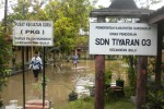 Sejumlah pegawai UPTD Dinas Pendidikan (Disdik) Kecamatan Bulu, Sukoharjo, meninjau salah satu SD yang kebanjiran di Tiyaran, Bulu, Sukoharjo, Selasa (25/3/2014). (Iskandar/JIBI/Solopos)