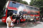 Mencuci bus tingkat wisata Werkudara